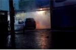 Video: Đổ nhầm xăng, ôtô Santa Fe bùng cháy dữ dội