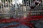 'Áo đỏ' tưới máu trước Tòa nhà Chính phủ Thái