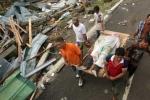 Sau bão Haiyan, xác chết nằm rải rác trên đường