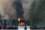 Clip: Rợn người xe bồn chở dầu đâm xe khách rồi phát nổ ở Hòa Bình