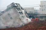 Clip: Lở đất như tận thế, 'nuốt chửng' hàng chục ngôi nhà ở Trung Quốc