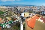 Video: Màn đạp xe 'bay' trên nóc nhà điên rồ chưa từng có