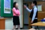 Học sinh phạt giáo viên quỳ gối xin lỗi