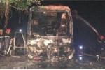Xe khách giường nằm bốc cháy dữ dội tại cảng cá lớn nhất Hà Tĩnh