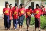 Fan U19 Việt Nam mặc váy, nhai trầu