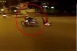 Clip: 2 xe máy vượt đèn đỏ tông nhau, 3 người văng bật như 'lò xo'