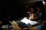Mất điện, sĩ tử bật đèn pin ôn bài trước ngày thi THPT quốc gia