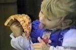 Clip bé gái nỗ lực cắn miếng pizza hài vỡ bụng