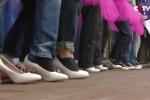 Clip: Đàn ông Trung Quốc 'vật vã' đi giày cao gót mừng ngày 8/3