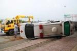 Ảnh: Xe tải tông lật xe cấp cứu, 5 người bị thương