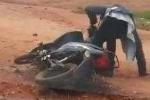 Khi ma men đánh vật với xe máy