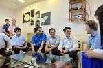 Clip: Chàng Tây dọn rác dưới mương được Chủ tịch Hà Nội biểu dương