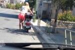 Clip: Cô gái 'tóc vàng hoe' khởi động xe máy bằng cách đạp… chân chống