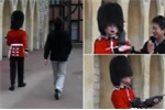 Clip: Cảnh vệ Hoàng gia Anh chĩa súng vào du khách