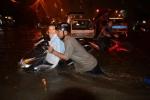 Clip: Sài Gòn ngập nặng, hàng loạt xe chết máy giữa đêm