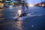 Ảnh: Giữa đêm, người Sài Gòn vẫn 'bơi' trên phố tìm đường về nhà