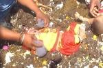 Kỳ lạ nghi thức cho trẻ em tắm trong phân bò để cầu may mắn