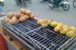 Màu 'kỳ lạ' của trứng gà nướng vỉa hè