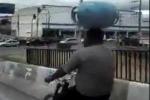 Đi xe đạp, vận chuyển bình gas bằng đầu trên đường phố