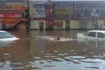Clip: Phố biến thành sông, người bơi lội tung tăng trên phố