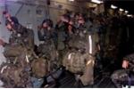 Video: Lính Mỹ bị gió cuốn ra khỏi máy bay