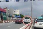 Xe hơi ngang nhiên lao ngược chiều trên cầu Vĩnh Tuy