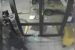 Chết cười tên trộm ngu ngốc mang dây xích đi trộm cây ATM