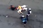 Clip: Chó pitbull kéo lê, cắn đứt tai người đàn ông trên phố