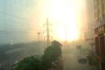 Clip: Kinh hoàng cột điện nổ như bom trong trận cuồng phong ở Hà Nội