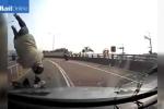 Đứng tim xe máy đi ngược chiều, phóng bạt mạng đâm trực diện ôtô