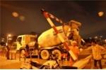 TP.HCM: Xe bê tông húc tung thanh giới hạn chiều cao, kẹt xe giữa đêm