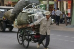Chen nhau mua tiền lưu niệm 100 đồng, ngân sách Việt Nam đang gặp 'vấn đề'