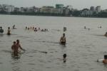 Dân Thủ đô cởi áo 'giải nhiệt' giữa lòng Hồ Tây