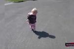 Clip: Em bé khóc toáng khi nhìn thấy bóng mình