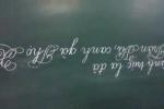 Cô gái có biệt tài viết chữ ngược đẹp như in