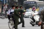 Video: Dân phòng lạm quyền, 'múa gậy' bắt xe