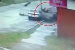 Clip: Kinh hoàng ôtô vỡ nát sau khi tông thẳng vào cột điện