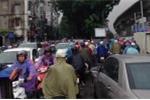 Hàng ngàn phương tiện 'chôn chân' dưới mưa lớn ở Hà Nội