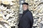 Ảnh quốc tế: Kim Jong-un tươi cười bên kho nấm