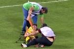 Clip: Cầu thủ chấn thương bị nhân viên y tế đánh rơi khỏi cáng liên tiếp
