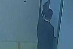 Rút tiền tại ATM, bị đâm sau lưng
