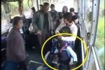 Clip: Khỉ lễ phép nhường ghế cho cụ già trên xe buýt