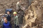 Video: Nỗ lực giải cứu người đàn ông suýt bị chôn sống