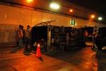 Lật xe chở bia, hầm vượt sông Sài Gòn bị phong tỏa