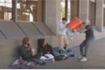 Clip: Hai thanh niên 'tấn công' người vô gia cư và cái kết bất ngờ