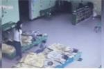 Phẫn nộ clip 2 cô giáo mầm non đá, đạp học sinh dúi dụi