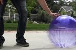 Clip: Bơm nitơ lỏng vào bóng bay và cái kết kinh hoàng