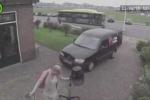 Clip: Quên kéo phanh tay ôtô, suýt gây tai nạn thảm khốc