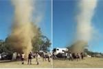 Clip: Hãi hùng cảnh dân Úc 'khiêu vũ' cùng vòi rồng