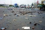 Xe chở bia bị tai nạn, hàng trăm người lao vào hôi của